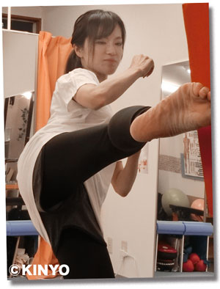キックミットを蹴る女性